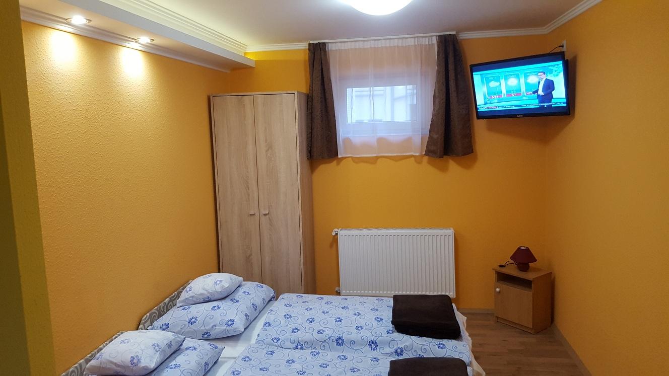 Mary Apartman hálószoba tévével és szekrénnyel felszerelve