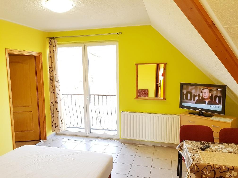 erkélyes egy ágyas szoba